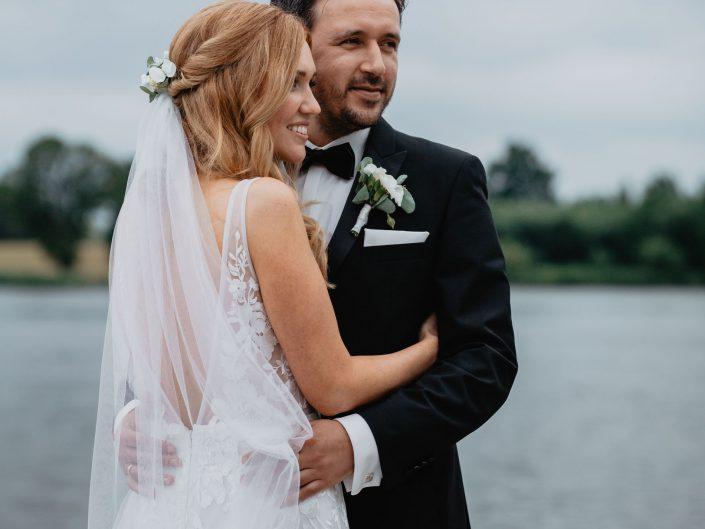 Als Hochzeitsfotografin begleitete ich das Brautpaar im Zollenspieker Faehrhaus in Hamburg