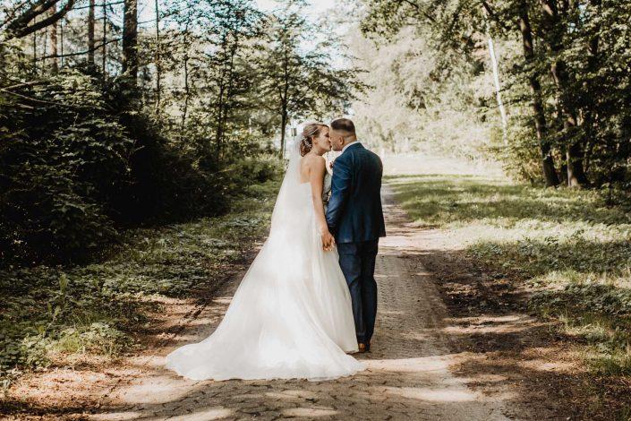 Hochzeitsfotos vom Brautpaar im Wald in Hamburg