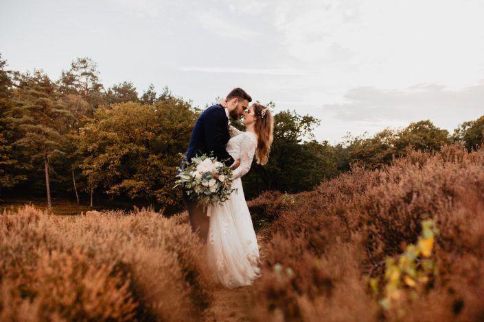Hochzeitsfotograf Hamburg - Romantisches Afterwedding Shooting in der Fischbeker Heide bei Sonnenuntergang.