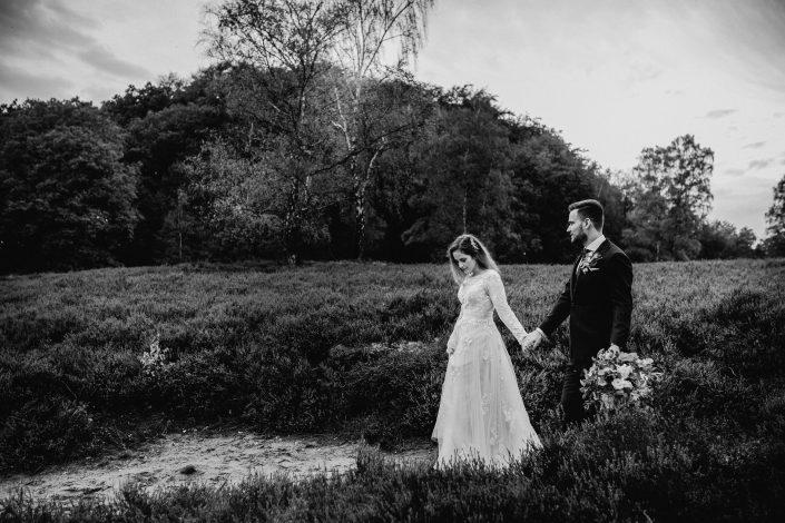 Hochzeitsfotograf Hamburg – Romantisches Afterwedding Shooting in der Fischbeker Heide bei Sonnenuntergang.