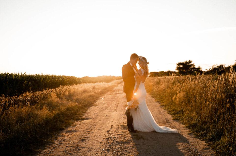 Brautpaarshooting beim Sonnenuntergang im Sommer auf einem Feld im Hamburg